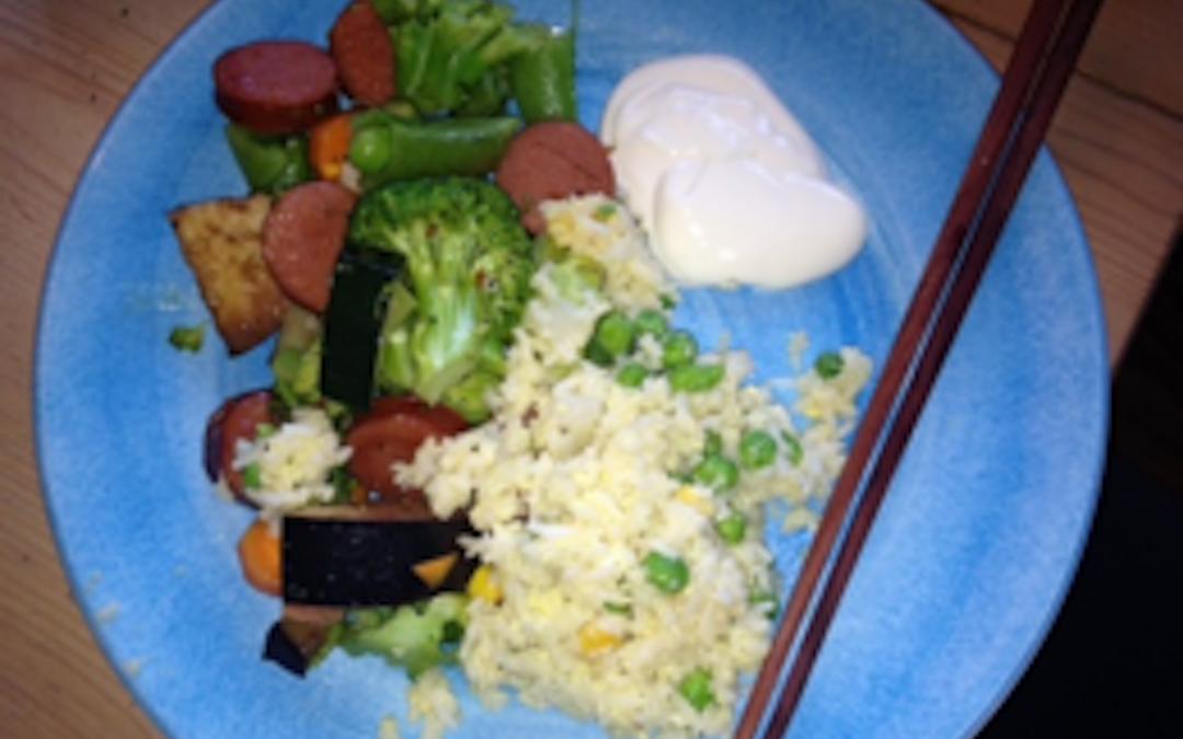 Korv och grönsakswok med stekt ris