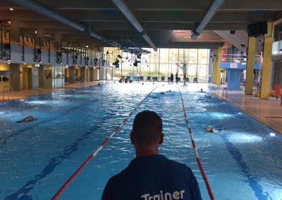 Das Trainer-Team hat ein wachsames Auge auf die Schwimmer beim Indoor Triathlon im Actic Fitness Schwäbisch Hall
